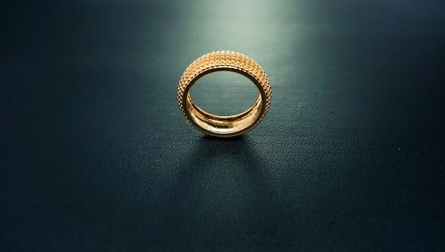Foto van een gouden en sprankelende verlovingsring
