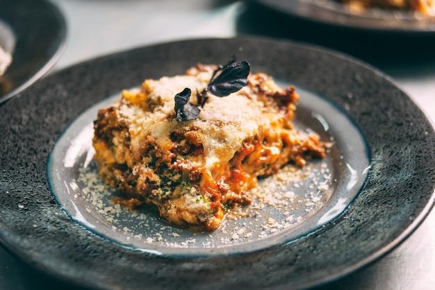 Foto van een heerlijk stukje zojuist gemaakte lasagne.