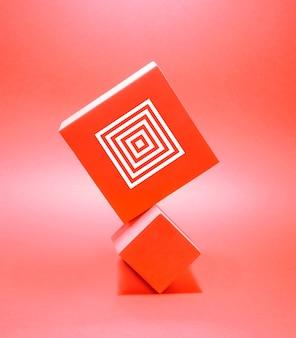 Foto van een helder podium (voetstuk) van twee kubussen met schaduw op een papieren achtergrond.