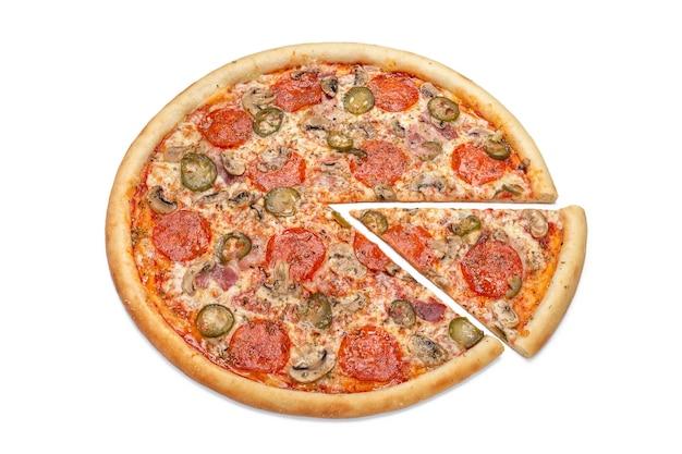 Foto van een hele italiaanse pizza en een uitgesneden plak voor gebruik bij het adverteren van een pizzeria-restaurantmenu. kopieer ruimte voor promotietekst