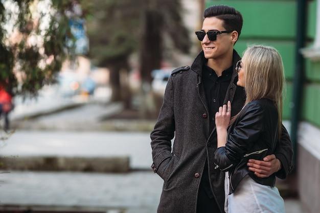 Foto van een jong mooi paar op de stadsstraat
