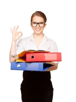 Foto van een jonge aantrekkelijke zakenvrouw met mappen
