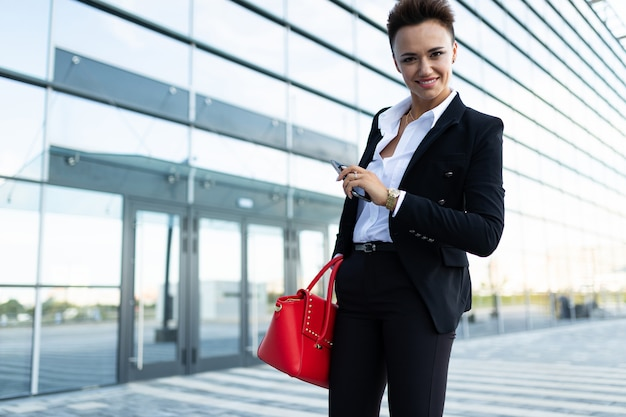 Foto van een jonge ambitieuze zakenvrouw poseren