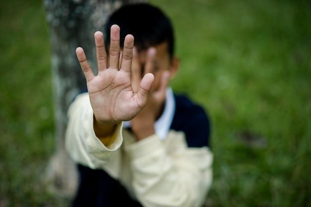 Foto van een jonge jongen triest zitten stop geweld tegen kinderen depressie concept