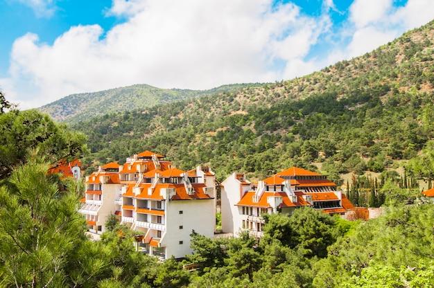 Foto van een klein dorp gelegen tussen de bergen