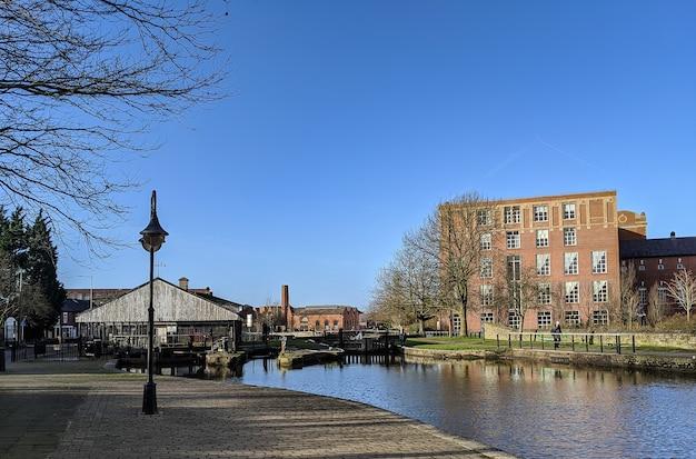 Foto van een kleine stad met een rivier op een mooie zonnige dag