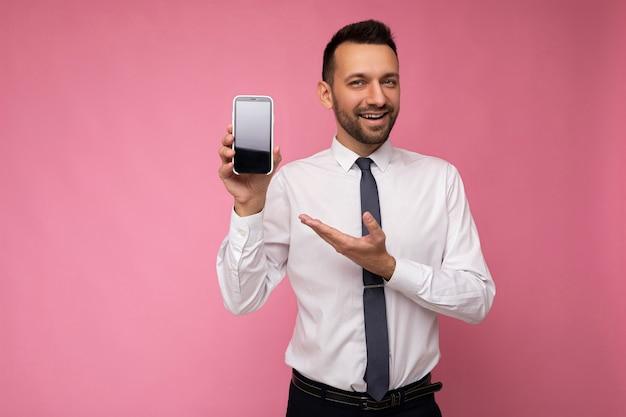 Foto van een knappe glimlachende volwassen mannelijke persoon die er goed uitziet met een casual outfit die geïsoleerd staat op