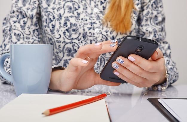 Foto van een mobiele telefoon in handen
