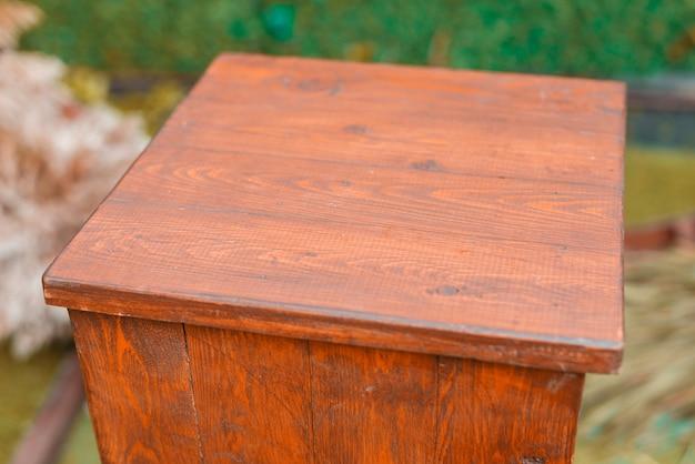 Foto van een mooie houten tafel buiten