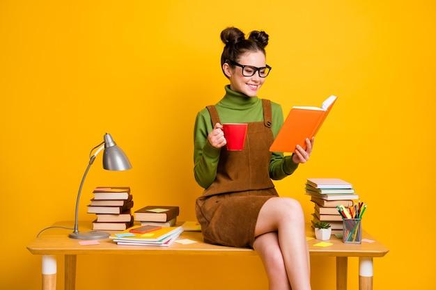 Foto van een positieve middelbare schoolleraar die een mok draagt over een heldere glanzende kleurachtergrond