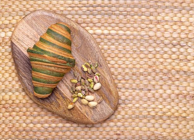Foto van een traditionele vers gebakken croissant gevuld met een heerlijke pistachecrème.