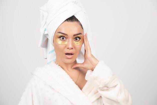 Foto van een vrouw met ooglapjes van hydrogel.