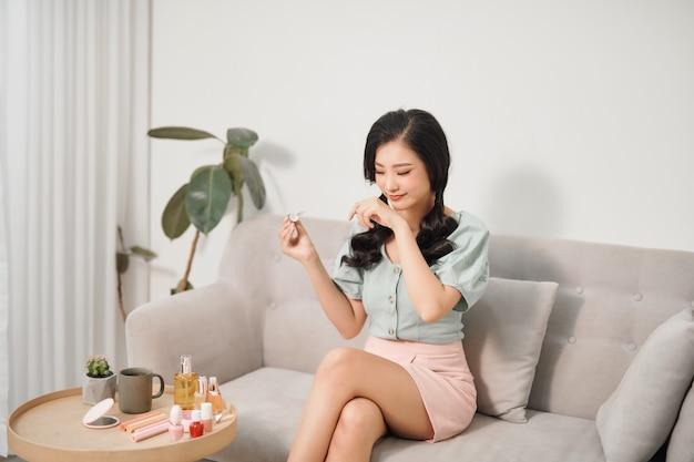 Foto van een vrouw poseren met cosmetica met gezichtsserum voor huid.