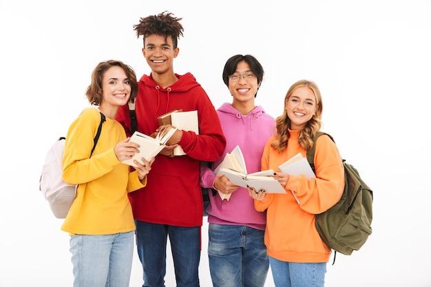Foto van emotionele jonge groep vriendenstudenten die geïsoleerd staan, poseren.