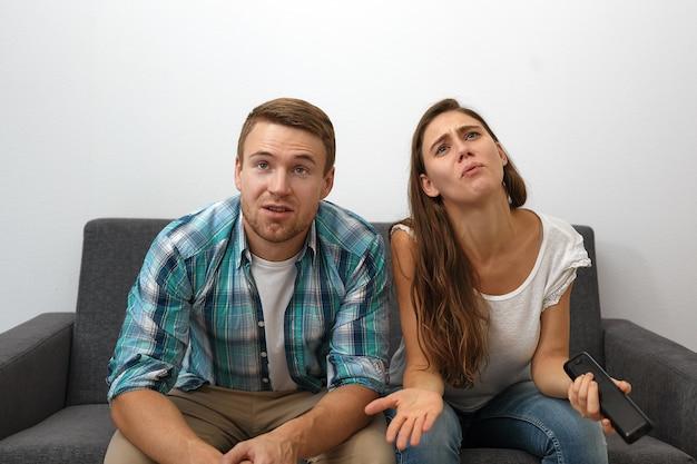 Foto van emotionele jonge vrouwelijke en mannelijke gebaren en grimaci