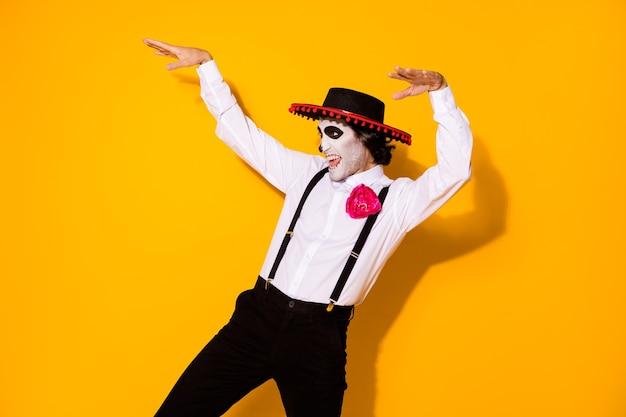Foto van enge bosmonster kerel yeti sprong schrikken publiek bang maken live thriller steek handen op, draag wit overhemd dood kostuum suikerschedel bretels geïsoleerde gele kleur achtergrond