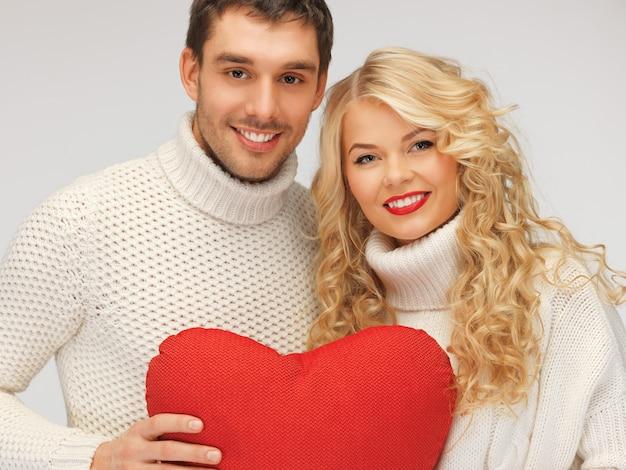 Foto van familiepaar in sweaters met hart