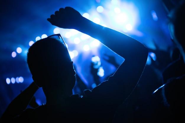 Foto van feestdansende mensen op muziekfestival