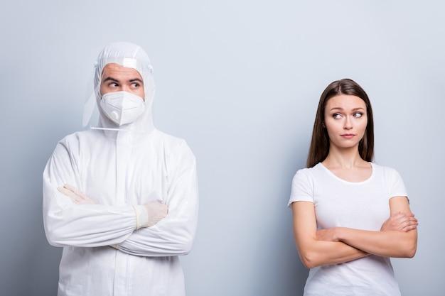 Foto van geduldige dame man expert doc armen gekruist kijken wantrouwend