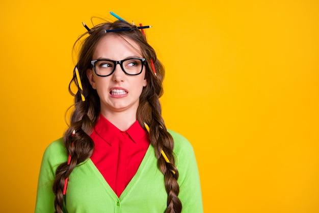 Foto van geek tiener meisje rommelig kapsel look copyspace walging geïsoleerde gele kleur achtergrond