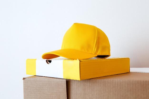 Foto van geel glb, pizza boxe op leeg wit