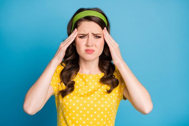 Foto van gefrustreerd meisje lijdt aan hoofdpijn aanraking vinger voorhoofd geïsoleerd over blauwe kleur achtergrond