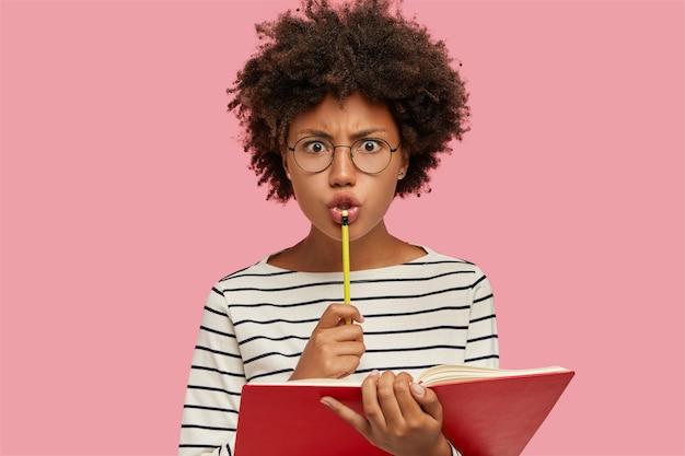 Foto van gefrustreerd nors schoolmeisje kijkt boos