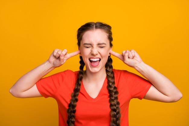 Foto van gekke ontevreden dame houdt vingers in oren schreeuwen