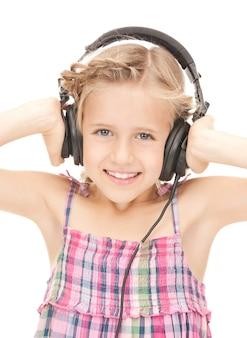 Foto van gelukkig meisje in grote koptelefoon