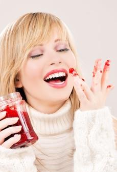 Foto van gelukkig tienermeisje met frambozenjam Premium Foto