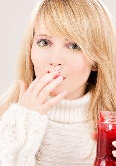 Foto van gelukkig tienermeisje met frambozenjam