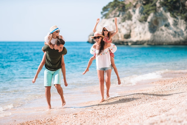 Foto van gelukkige familie die pret op het strand heeft. zomer levensstijl