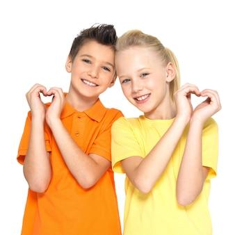 Foto van gelukkige kinderen met een teken van hartvorm die op witte achtergrond wordt geïsoleerd