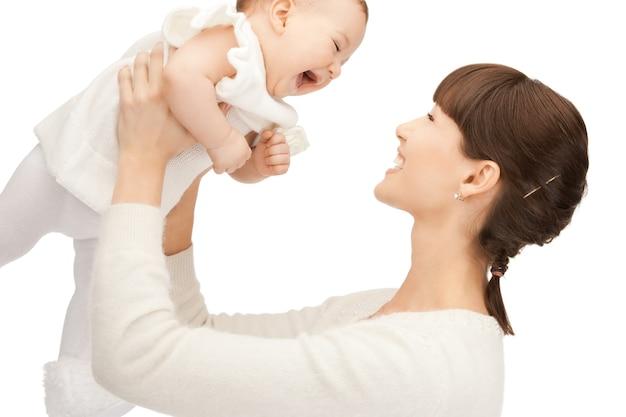 Foto van gelukkige moeder met schattige baby (focus op vrouw)