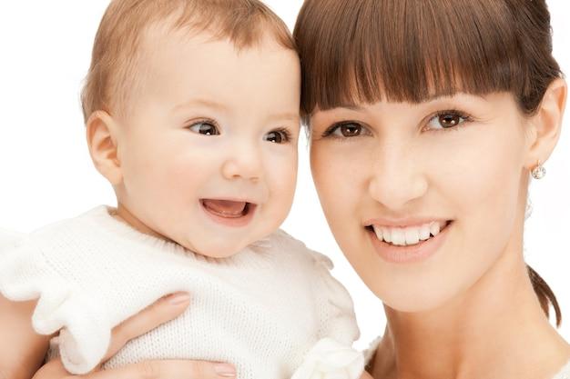 Foto van gelukkige moeder met schattige baby