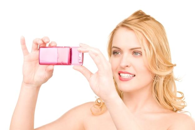 Foto van gelukkige vrouw die telefooncamera gebruikt