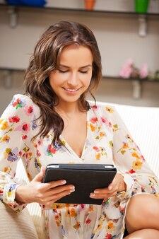Foto van gelukkige vrouw met tablet pc-computer