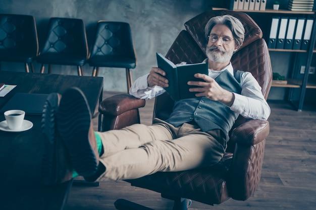 Foto van gerichte zakenman zitten stoel gelezen organisator in kantoor
