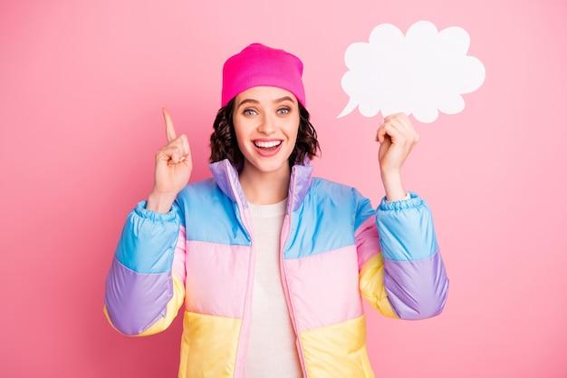 Foto van geweldige dame met lege papieren lijst in de hand dragen warme gekleurde jas geïsoleerd roze achtergrond