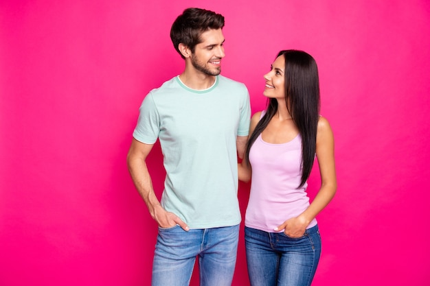 Foto van geweldige paar man en dame verliefd permanent knuffelen genieten van beste gezelschap slijtage vrijetijdskleding geïsoleerde fel roze kleur achtergrond