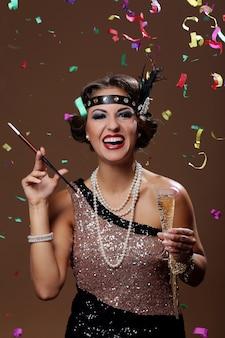 Foto van glimlachende vrouw met confettachtergrond