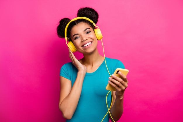 Foto van grappige dame houdt telefoon handen luisteren muziek oortelefoons