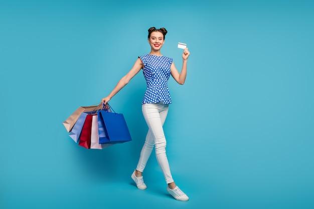 Foto van grappige dame lopen straat dragen veel verpakkingen plastic creditcard