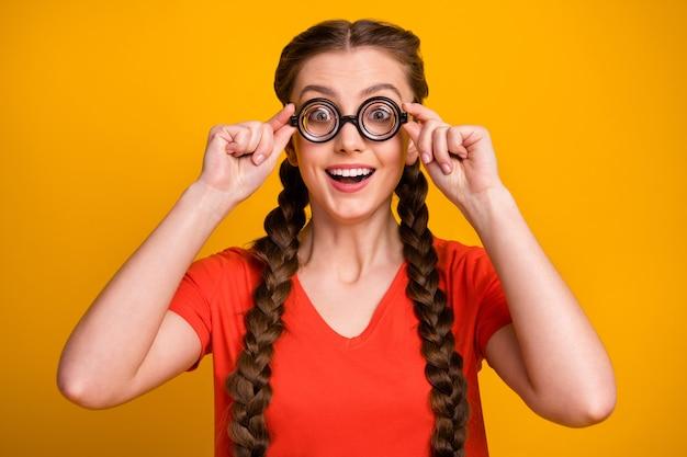 Foto van grappige mooie student dame opstijgen bril verbaasd gezicht