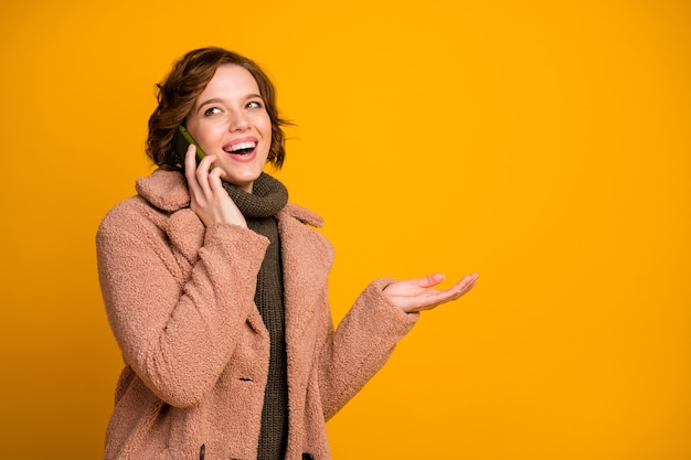 Foto van grappige vrolijke mooie dame houdt telefoon sprekende vrienden delen vers nieuws dragen casual moderne stijl roze jas warme groene gebreide trui