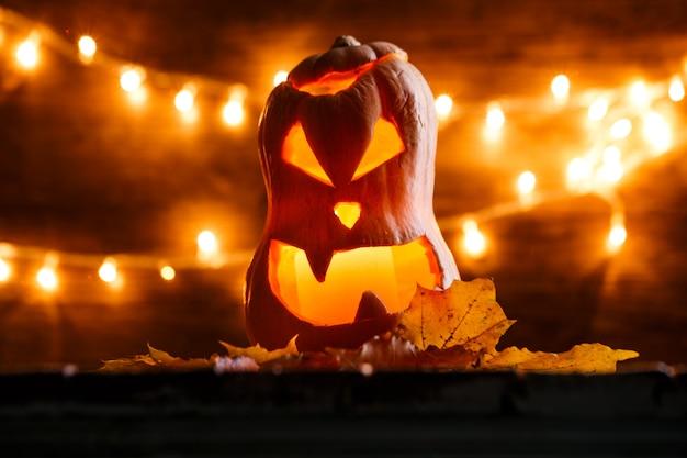 Foto van halloween-pompoen die in vorm van gezicht wordt gesneden