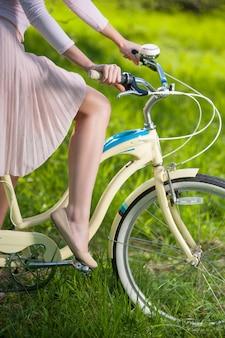 Foto van handen van een handrem van de meisjesholding op uitstekende fiets