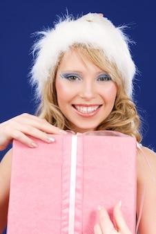 Foto van happy santa helper met geschenkdoos