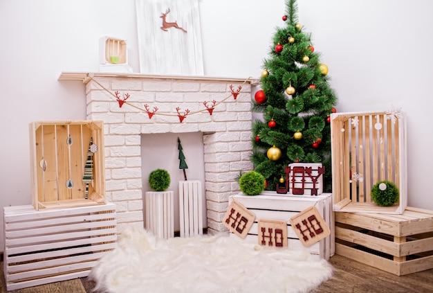 Foto van het interieur van de kamer voorbereid op het vieren van de kerstdag
