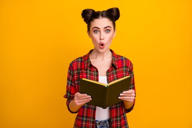 Foto van het mooie gelezen boek van de de mondgreep van de studentendame